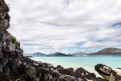 绿松石海和岩石海岸线 西部小岛,苏格兰 免版税库存图片