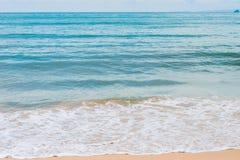 绿松石海水和白色泡沫波浪在海滩 库存照片