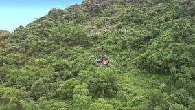绿松石海洋洗涤的鸟瞰图海岛被盖的厂 股票视频