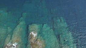 绿松石海鸟瞰图有岩石和石头的在好日子 股票录像