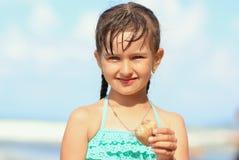 绿松石游泳衣的小美丽的女孩 免版税图库摄影