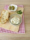 绿橄榄和乳脂干酪面包传播  免版税库存照片