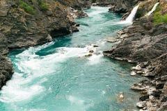 绿河在岩石持票人的水方式 库存照片