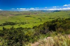 绿河蓝色谷的山 免版税库存图片
