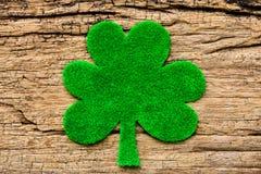绿皮书在白色木背景的三叶草叶子 库存照片