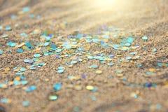 绿色、蓝色或者绿松石软性弄脏了Boke背景 亮晶晶的小东西和发光的银色颜色背景 明亮的背景 迷人 图库摄影