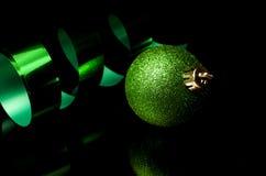 绿色假日装饰和丝带 免版税库存图片