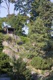 绿色公园和岩石在布拉格,捷克附近的Pruhonice 库存图片