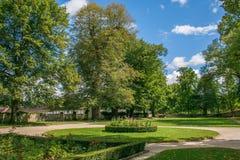 绿色公园在捷克克鲁姆洛夫的中心 免版税库存图片