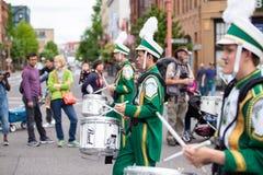 绿色制服的鼓手在事件 免版税库存图片
