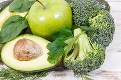绿色包含自然矿物、维生素和纤维,健康营养概念的水果和蔬菜 库存图片