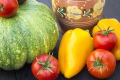 绿色南瓜、蕃茄、胡椒和水罐 库存照片