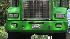 绿色卡车幅射器和车灯 库存照片