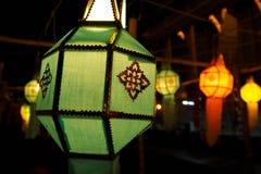 绿色发光的兰纳灯笼在晚上,工艺为庆祝在北的节日泰国 免版税库存图片
