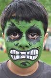 绿色和坚强的小男孩 库存图片