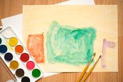 绿色和橙色方形的房子 儿童与色的铅笔和水彩的` s图画 库存照片