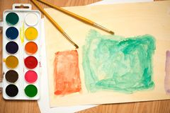 绿色和橙色方形的房子 儿童与色的铅笔和水彩的` s图画 图库摄影