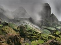 绿色和生苔岩石在尼亚加拉瀑布-纽约-美国 图库摄影