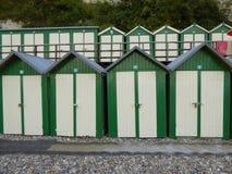 绿色和白色海滩小屋 免版税库存图片