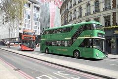 绿色和红色双层汽车在伦敦,英国 免版税图库摄影