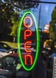 绿色和红色开放标志氖 免版税图库摄影