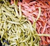 绿色和红色意大利面食背景 免版税图库摄影