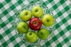 绿色和红色苹果 图库摄影