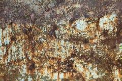 绿色和蓝色绘了与铁锈条纹的金属背景创造性、纹理和背景的 库存图片