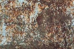 绿色和蓝色绘了与铁锈条纹的金属背景创造性、纹理和背景的 库存照片