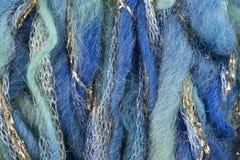 绿色和蓝色羊毛穿线与金黄和银色螺纹 免版税图库摄影