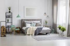绿色和银宽敞卧室 库存照片