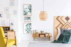 绿色和黄色卧室内部 图库摄影