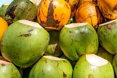 绿色和黄色国王Coconut Background 图库摄影
