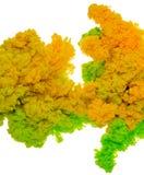 绿色和黄色墨水飞溅的抽象油漆背景颜色在白色背景隔绝的水中 免版税库存照片