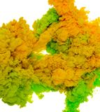 绿色和黄色墨水飞溅的抽象油漆背景颜色在白色背景隔绝的水中 图库摄影