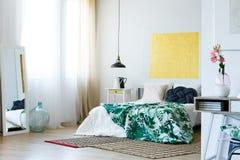 绿色和黄色现代卧室 免版税库存图片