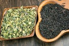 绿色和黑茶叶 免版税库存图片