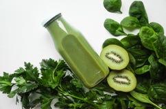 绿色圆滑的人或汁液在瓶子和成份在白色背景 概念饮食 戒毒所 超级食物 库存照片