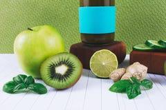 绿色圆滑的人用水果和蔬菜 库存照片