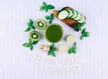 绿色圆滑的人用水果和蔬菜 免版税库存照片