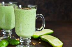 绿色圆滑的人用鲕梨、黄瓜、蓬蒿和格兰诺拉麦片 库存图片