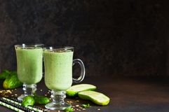 绿色圆滑的人用鲕梨、黄瓜、蓬蒿和格兰诺拉麦片 免版税库存图片