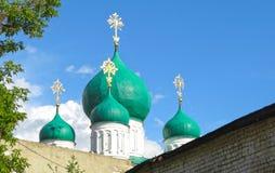 绿色圆顶和金黄十字架的看法 免版税库存照片