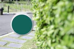 绿色圈子在庭院里签字 免版税库存图片