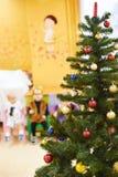 绿色圣诞树在幼儿园 免版税库存图片