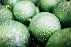 绿色圣诞节球 库存照片
