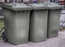 绿色垃圾大型垃圾桶 库存图片