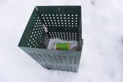 绿色垃圾箱与咖啡杯 免版税库存照片