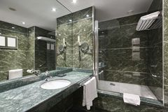 绿色大理石的豪华卫生间 装饰旅馆家内部 库存图片