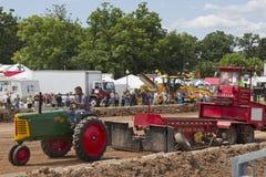 绿色奥利佛史东中耕作物66拖拉机 免版税图库摄影